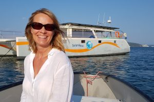 Autorin Susanne Viczian vor dem Solarforschungsboot SolarWave
