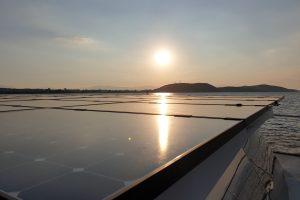 Solarpaneele der SolarWave bei Sonnenaufgang