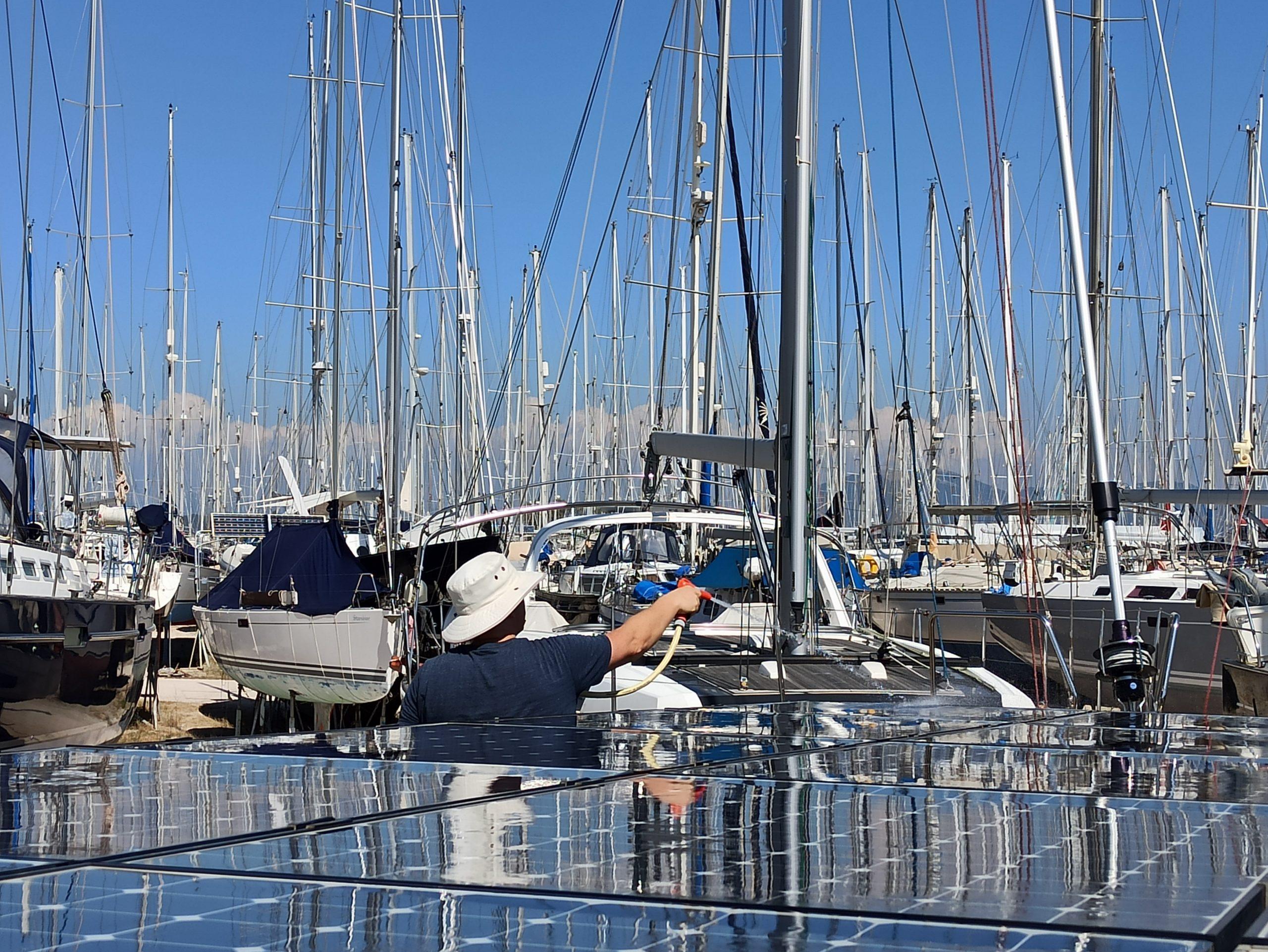 Beim Putzen der Solarpaneele