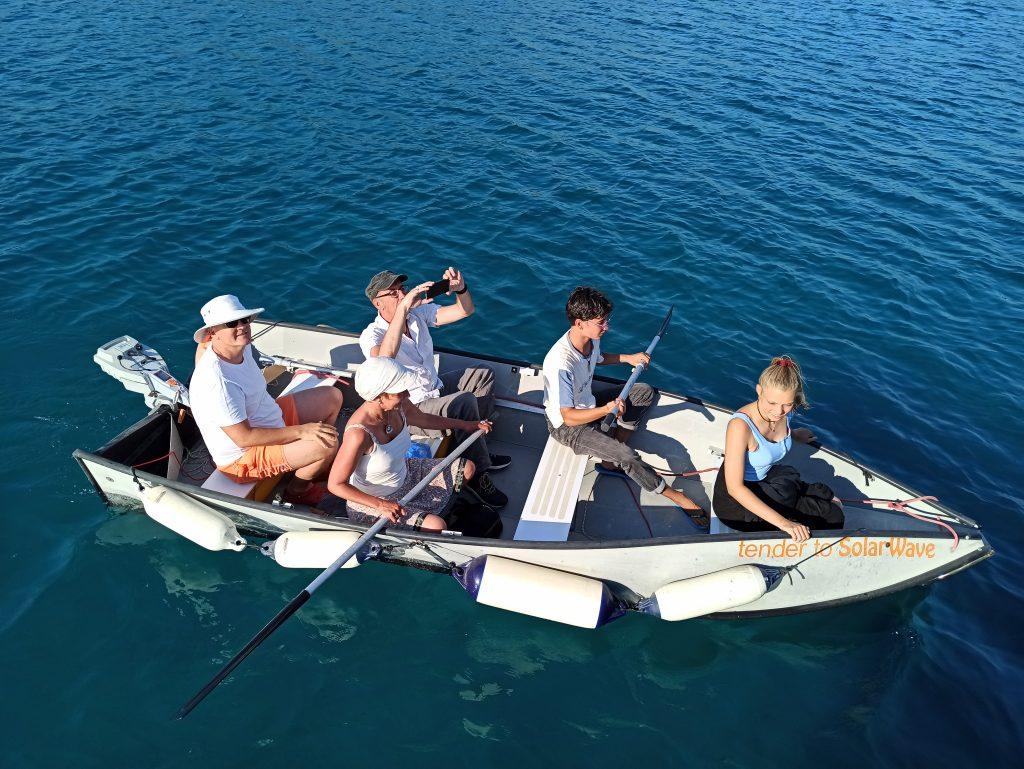 Die Crew rudernd im Beiboot