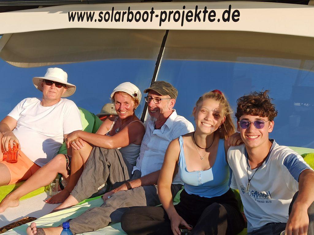 Die Gäste und der Skipper auf dem Vordeck