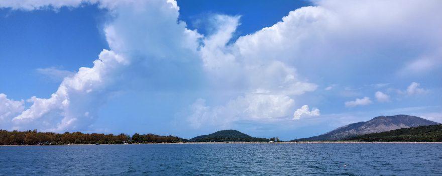 Ankerbucht mit Wolkenformation