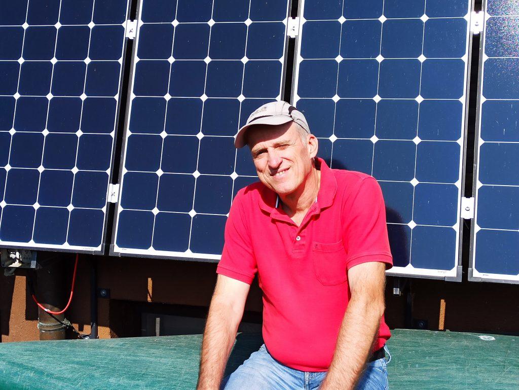 Peter Reimann vor Solarmodulen