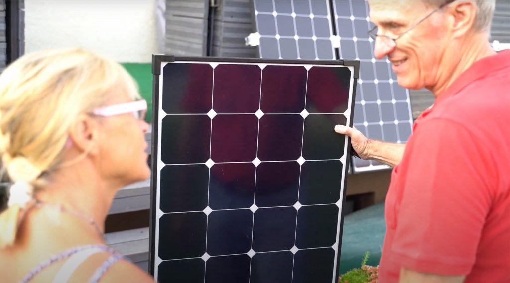Junita Boden und Peter Reimann vor Solarpaneelen