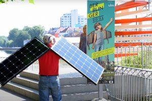 Peter Reimann mit zwei Solarpaneelflügeln
