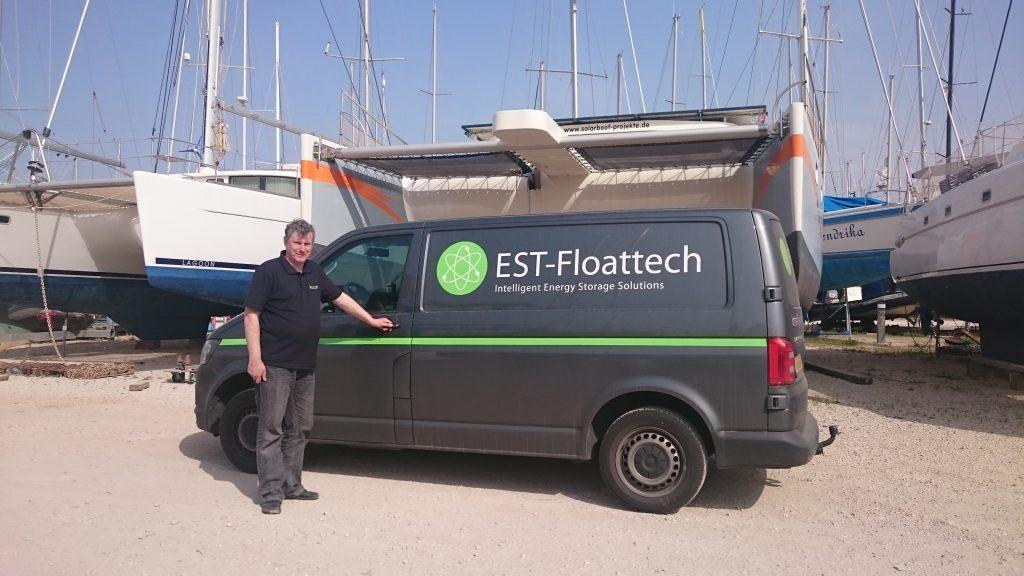 Der Techniker Joop von EST-Floattech besucht die SolarWave zur Batterie-Inspektion